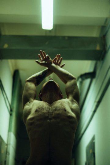 Homme avec des poils sur le torse